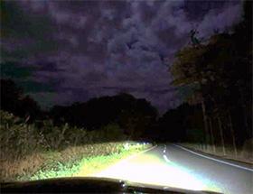 月明かりが空の雲を照らし出す
