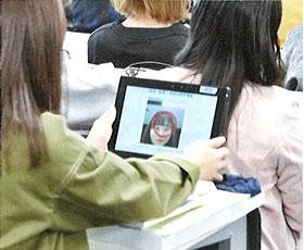 タブレットによる顔認証 「兵医広報」より