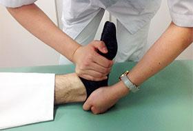 踵を引っ張り、足関節を正常な位置に入れる